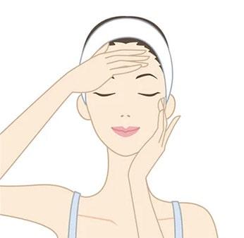 顔全体になじませたら、手のひら全体で軽くハンドプレスします。感想が気になる部分には重ね付けしましょう。